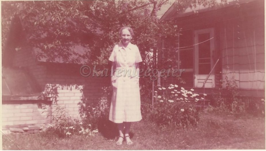 butterfield_edna m hendricks_b30 july 1879_wife of carl butterfield_pic taken 1956_106 Kreb St Charlotte MI in Mabels back yard_rod was here